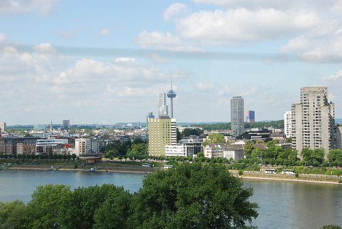 Blick aus der Gondel auf das linke Rheinufer