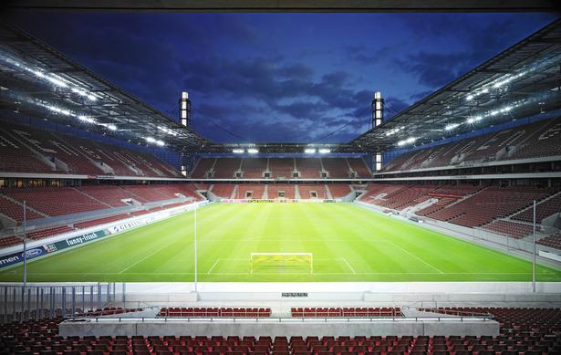 Das RheinEnergieStadion Spielfeld