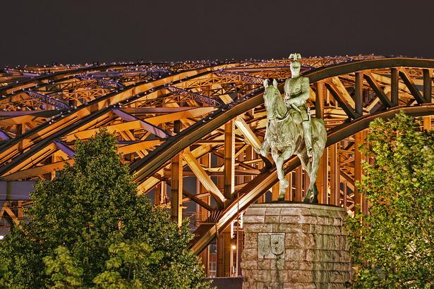 Der Hohenzollernbogen und die Reiterstatur