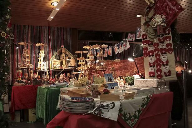 Schwimmender Weihnachtsmarkt.Weihnachtsmarkt Auf Der Wappen Von Koln Koeln De