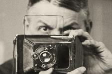 Friedrich_Seidenstucker_Selbstportrat_mit_Kamera_ca._1925_c_Archiv_Ann_und_Jurgen_Wilde_Zulpich_2021_.jpg