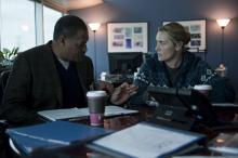 Dr. Ellis Cheever (Lawrence Fishburne) und seine Mitarbeiterin Dr. Erin Mears (Kate Winslet) sehen sich einem gewaltigen Druck ausgesetzt. (Copyright: Warner Bros.)