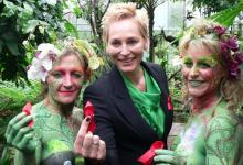 """Zeichen für Solidarität: TV-Moderatorin Bärbel Schäfer eingerahmt von den """"Dschungel-Feen"""" Leni (links) und Elena (Foto: sar)"""
