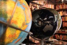 Auch rund 100 Globen gehören zum Sortiment des Landkartenhauses Gleumes (Foto: Sebastian Reichert)