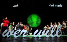 Werden auch nach ihren Wünschen gefragt: 100 repräsentative   Kölnerinnen und Kölner auf der Schauspiel-Bühne. Foto: Sandra Then/  Schauspielhaus