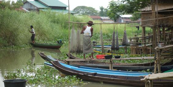 Fischer mit ihren Booten und Netzen im Ayeyarwady Delta, Myanmar, Fotograf: Benoit Ivars