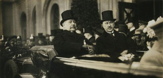 Konrad Adenauer und Reichspräsident Paul von Hindenburg bei einer Stadtrundfahrt durch Köln, 21. März 1926, hier vor den Deutzer Messehallen Foto: Kölnisches Stadtmuseum