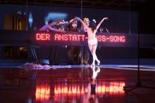 Die rote Laufschrift dominiert das Bühnenbild. © David Baltzer