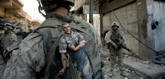 US-Marine mit Maskottchen ›GI Joe‹, Falludscha, Irak, November 2004 © Anja Niedringhaus/AP