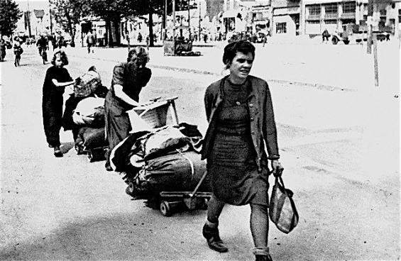 Walter Dick: Heimkehrerinnen auf dem Hohenzollernring 1945, KSM/ © Rheinisches Bildarchiv