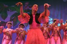 """Moderatorin Tracy heizt das Publikum mit dem Song """"Weil ich eine Tunte bin"""" ein. (Foto: R. Gasper)"""