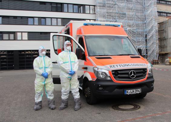 Von Kopf bis Fuß komplett geschützt: Zwei Rettungssanitäter in Schutzkleidung für den Extremfall