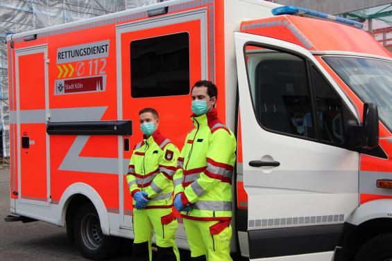 """Zwei Rettungssanitäter in ihrer """"normalen"""" Schutzkleidung"""
