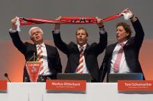 Mit Schal und voller Inbrunst: Das Präsidium singt die FC-Hymne