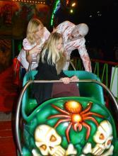 Schaurig schön: Hanna Hansen (mitte) macht auch in der Geisterbahn eine gute Figur (Foto: Cora Finner)