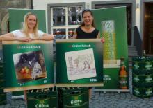 Stolz präsentieren sie ihre Etiketten: Kunststudentin Maren Ihne (l.) und Wetter-Fee Maxi Biewer (Foto: Cora Finner)