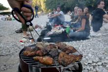 Die Sommer-Freizeitbeschäftigung schlecht hin: Grillen am Rheinufer. (Bild: ddp)