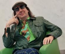 Große Brille, bunte Krawatte: Nicht nur musikalisch, auch modisch fühlt sich Guildo Horn in den wilden 70ern pudelwohl (Foto: Cora Finner)
