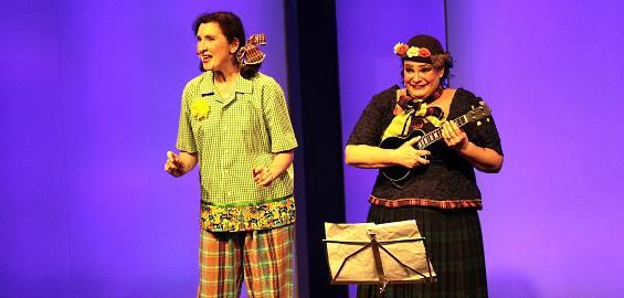 Wandeln mit Witz und Charme auf den Spuren des Colonia-Duetts: Victoria Riccio (l.) und Myriam Chebabi. Foto: Dieter Kloubert / Immisitzung