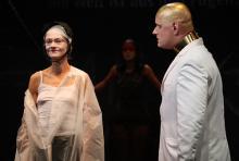 Antigone (Regina Welz) will trotz des Verbots von Kreon (Till Brinkmann) ihren Bruder begraben. (Foto: Anja Reiermann / TiB)
