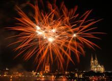 Groß, bunt, spektakulär: Das Feuerwerks-Spektakel steht in diesem Jahr im Zeichen des Drachen (Foto: Kölner Lichter)