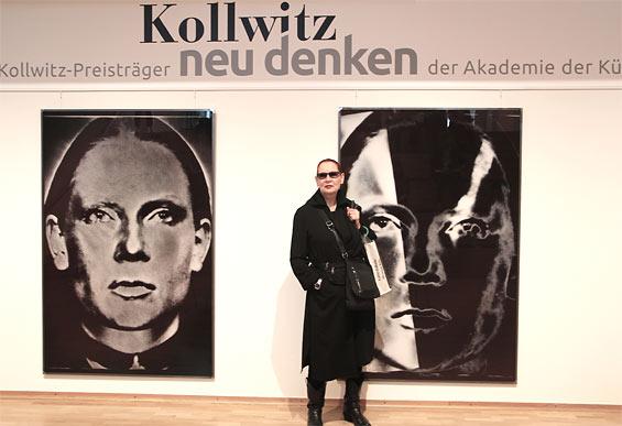 Die Fotografin Katharina Sieverding vor ihren Selbstporträts. Foto: Jürgen Schön