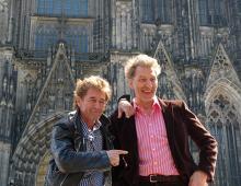 Freuen sich auf ihr Gastspiel in Köln: Peter Maffay (l.) und Rufus Beck im Schatten des Doms (Foto: Cora Finner)