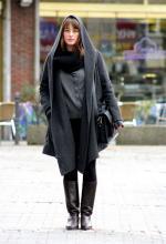 In schlichtem Grau: Diese elegant-gekleidete Kunststudentin hat Smilla Dankert in Köln abgelichtet (Foto: Smilla Dankert)