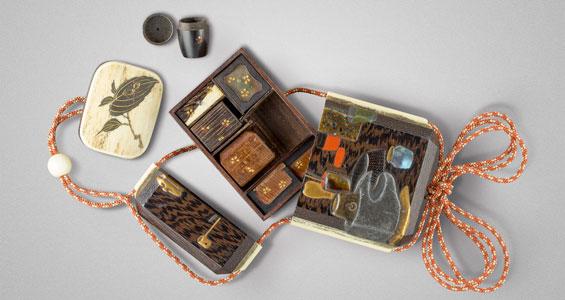 Zweiteiliges Inrô mit Gerätschaften als Dekor aus Shitan-Holz, Elfenbein (Schnurführung), Lack Japan, 19. Jh.