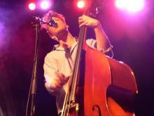 Dynamischer Folk-Poprock im E-Werk: Bassist Ted Dwane (Foto: Ronja Gasper)