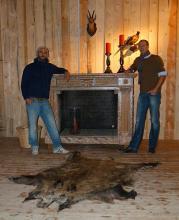 Fehlt nur noch das Feuer im Kamin: Olivér Szabó (l.) und Lars Meyer freuen sich auf die ersten Gäste (Foto: Cora Finner)