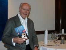 Joachim Römer mit der neuesten Ausgabe seines beliebten Restaurant-Führers (Foto: Cora Finner)