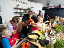 Stefan Marquard auf der Kochbühne (Foto: Rewe)
