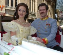 """Kaiserlicher Besuch: """"Sissi"""" und ihr Franz fahren in der Kutsche durch Köln (Foto: Cora Finner)"""