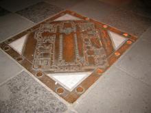 Bronzeplatte mit dem Grundriss der Kirche (Foto: koeln.de)