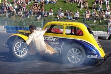 Stuntman Terry Grant Reifenwechsel bei voller Fahrt (Bild: Carandsound.com)