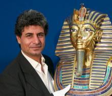 Dr. Mostafa El Ezapy mit der Totenmaske des Tutanchamun (Foto: Christian Rentrop)