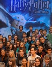 """Umringt von Harry Potter-Fans: Die """"Weasley-Zwillinge"""" zu Besuch im Odysseum (Foto: Cora Finner)"""