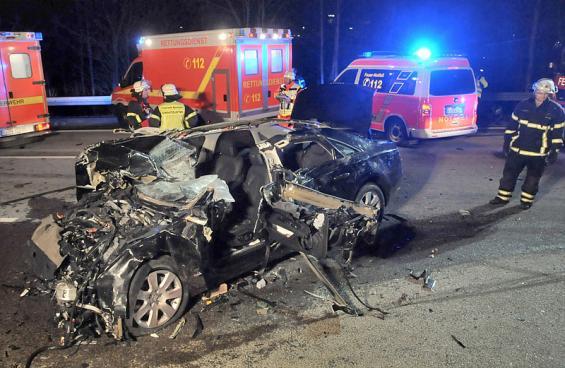 Der Pkw des Vizepräsidenten des EU-Parlaments, Alexander Alvaro, liegt in der Nacht zu Samstag (23.02.13) nach einem Unfall auf der Autobahn 1 zwischen Burscheid und Leverkusen. Foto: Foto: Ralf Krieger/dapd