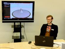 Sebastian Abresch führt die Funktionsweise des 3D-Scanners vor (Foto: Christian Rentrop)