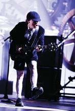 """Sein Markenzeichen ist der """"Duck-Walk"""": Gitarrist Angus Young (Foto: Guido Karp)"""