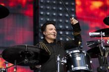 Bela B. spielt Schlagzeug im Stehen. (Foto: dpa)