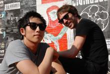 Steven Chen (li.) und Daren Taylor: Gitarrist und Drummer von The Airborne Toxic Event relaxen vor ihrem Konzert im Kölner Gebäude 9 in der Sonne. (Foto: Helmut Löwe)