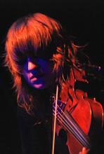 Anna Bulbrook: Das einzige weibliche Mitglied der Band spielt Keyboards und Violine. (Foto: Helmut Löwe)