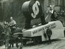 """Motivwagen """"Däm han se op d´r Schlips getrodde!"""" (""""Dem haben Sie auf den Schlips getreten!"""") im Rosenmontagszug 1936. Copyright: NS-DOK"""