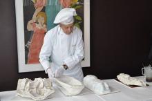 Maitre Chocolatier Josef Amel bei der Arbeit.