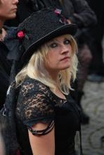 Eine Besucherin des Amphi Festivals 2008: Auch 2009 wird der Tanzbrunnen zwei Tage lang zum Treffpunkt der schwarzen Szene. (Foto: Helmut Löwe)