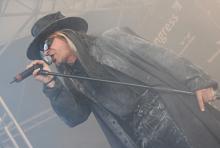 Carl McCoy, Sänger von Fields of the Nephilim: Mit seinem Staubmantel wirkt er, wie direkt aus einem Sergio-Leone-Western. (Foto: Helmut Löwe)