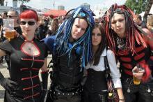 """Cyber-Goths auf dem Amphi Festival: nur eine der verschiedenen Gruppierungen der """"schwarzen Szene"""". (Foto: Helmut Löwe)"""