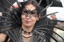 Zum Amphi Festival geht man nicht hopplahopp gekleidet: Aufwändige Outfits machen die Besucher aus. (Foto: Helmut Löwe)
